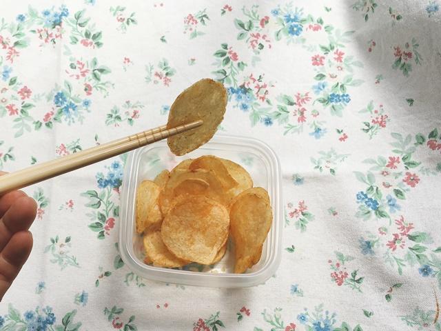 ポテトチップスを箸で食べる